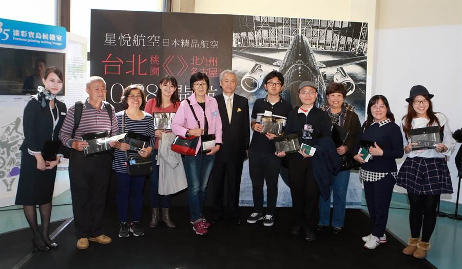星悅航空首航儀式結束後,現場抽出10位幸運旅客贈送首航紀念品。(陳麒全攝)