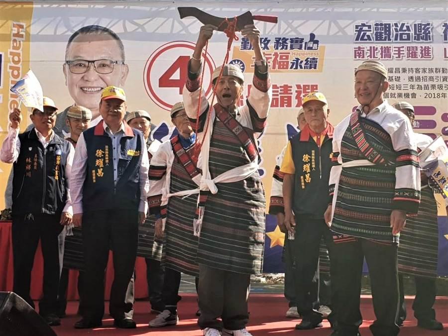 苗栗縣長徐耀昌(前排右一)尋求連任,28日連趕兩場,在泰安、獅潭成立競選總部,完成18鄉鎮市競選總部的成立。(何冠嫻翻攝)