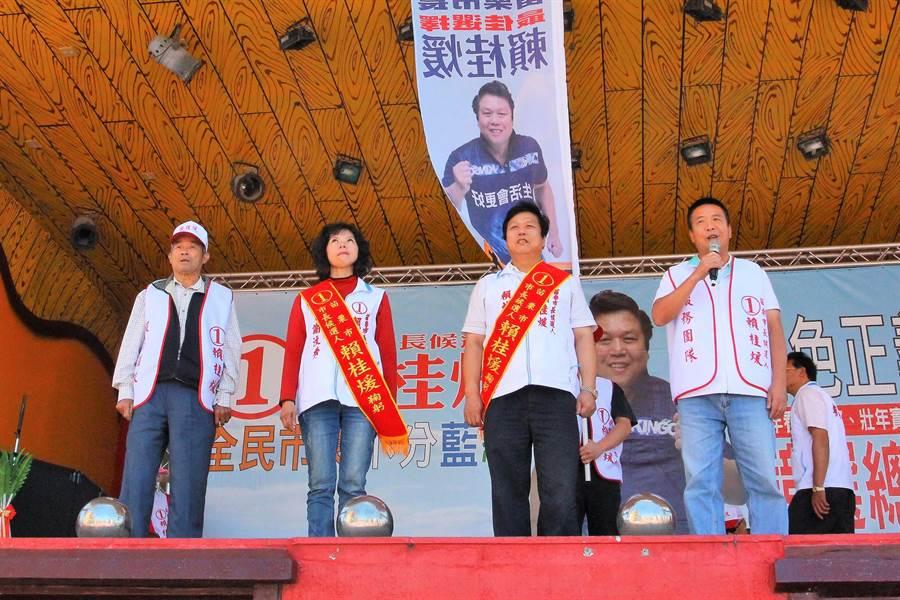 無黨籍參選苗栗縣長的候選人徐定禎(前排右一),28日為各候選人的成立大會站台。(何冠嫻翻攝)