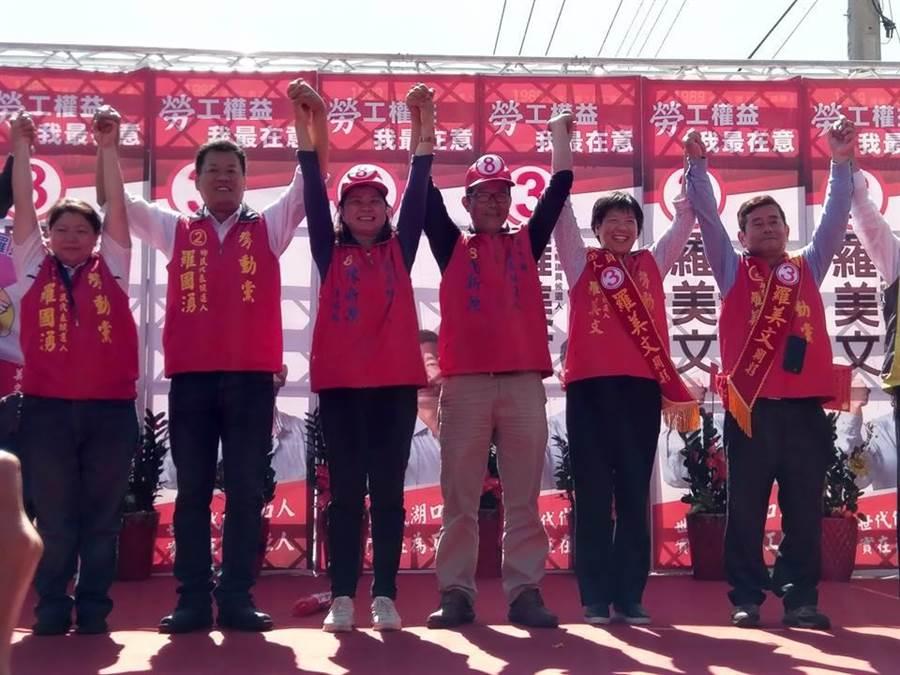 勞動黨新竹縣議員候選人羅美文(右一)28日成立競選總部,喊出「工人不大、團結最大」,希望勞動黨在新竹縣揮出全壘打。(莊旻靜翻攝)