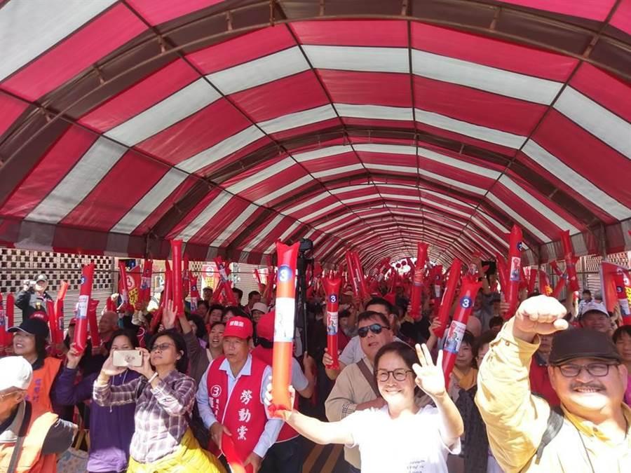 勞動黨新竹縣議員候選人羅美文,今年參選湖口選區,上百名鄉親到場支持。(莊旻靜翻攝)
