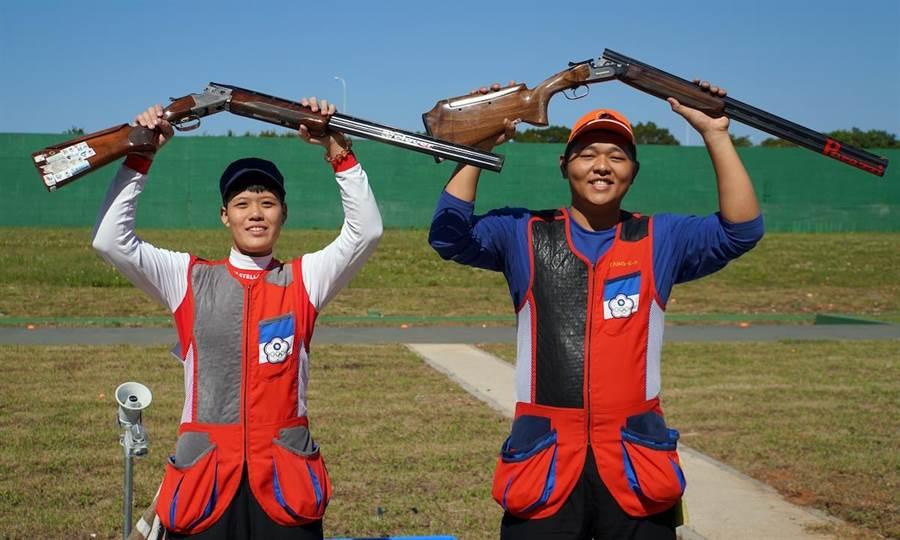 不定向飛靶混雙楊昆弼(右)、劉宛渝(左)奪金後,開心的高舉槍枝歡呼。(主辦單位提供)