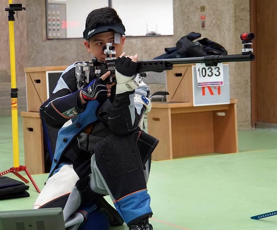 首次挑戰男子50公尺步槍三姿的呂紹全獲得銅牌佳績(圖為三姿中的跪姿)。(主辦單位提供)