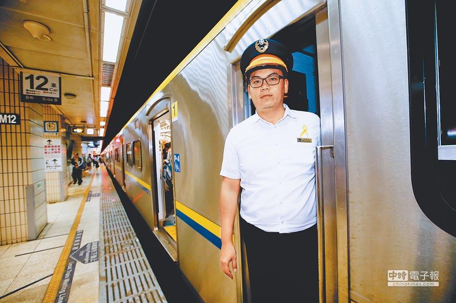 27日是事故罹難者「頭七」,全台司機員都在左胸繫上黃絲帶,所有火車也於下午4時50分一起鳴笛,以示哀悼。(陳信翰攝)