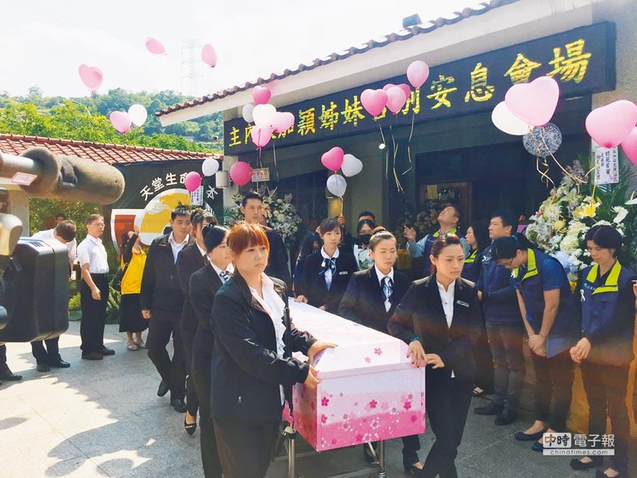 卑南國中老師張加穎是普悠瑪事故罹難者,親友昨日施放氣球為她送行。(胡健森攝)