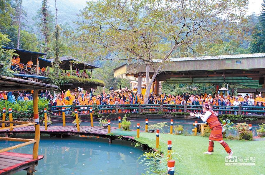 雲仙親子健行活動吸引1200人參加,民眾沿途欣賞烏來美景,到雲仙樂園步道享受芬多精。(葉書宏翻攝)