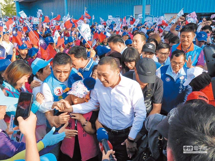 國民黨新北市長候選人侯友宜競選總部27日下午舉行女力向前行造勢活動,侯友宜(中)進場時支持者爭相要與他握手。(葉書宏攝)