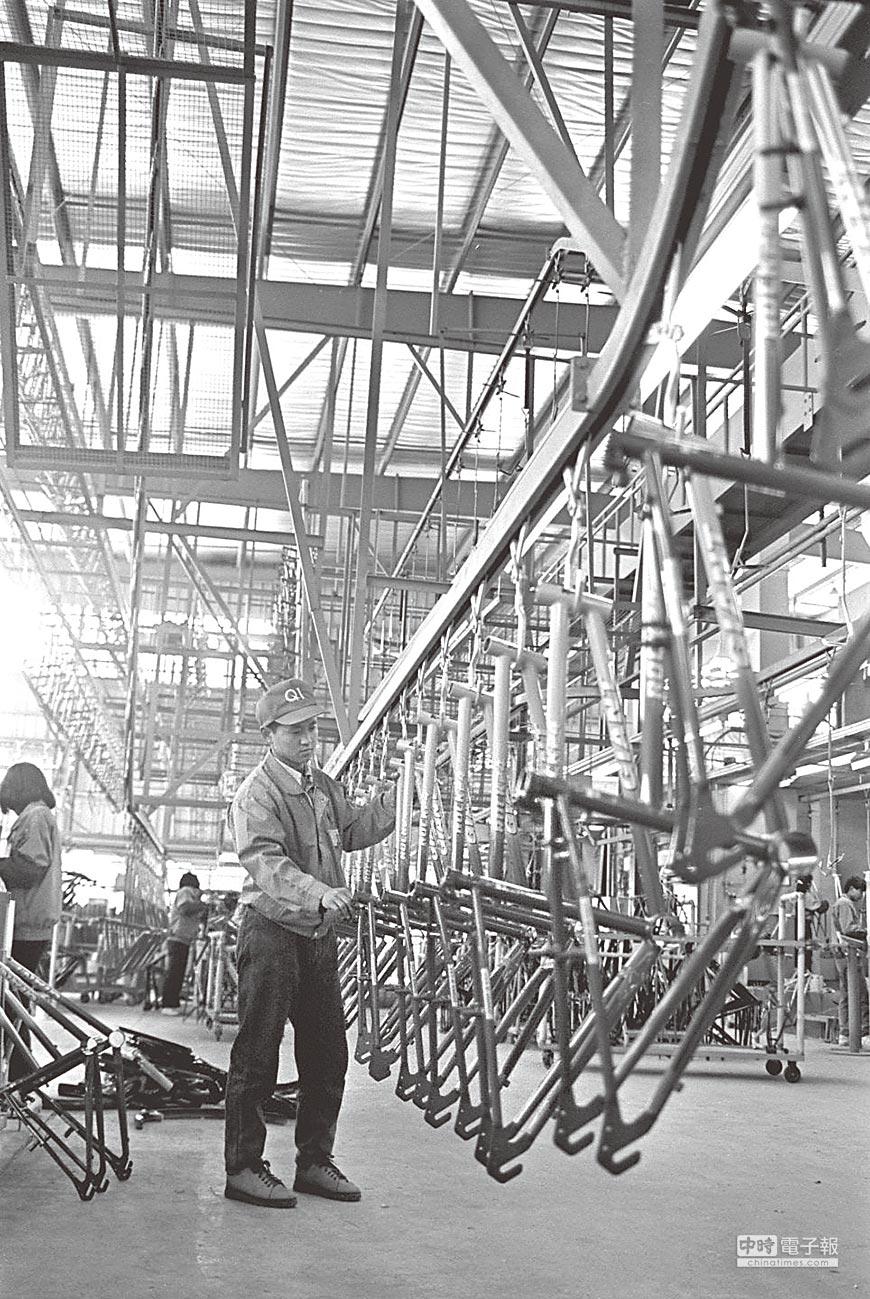 昆山是台商赴陸投資的重鎮之一。圖為1994年在昆山的捷安特(中國)的生產線。(新華社)