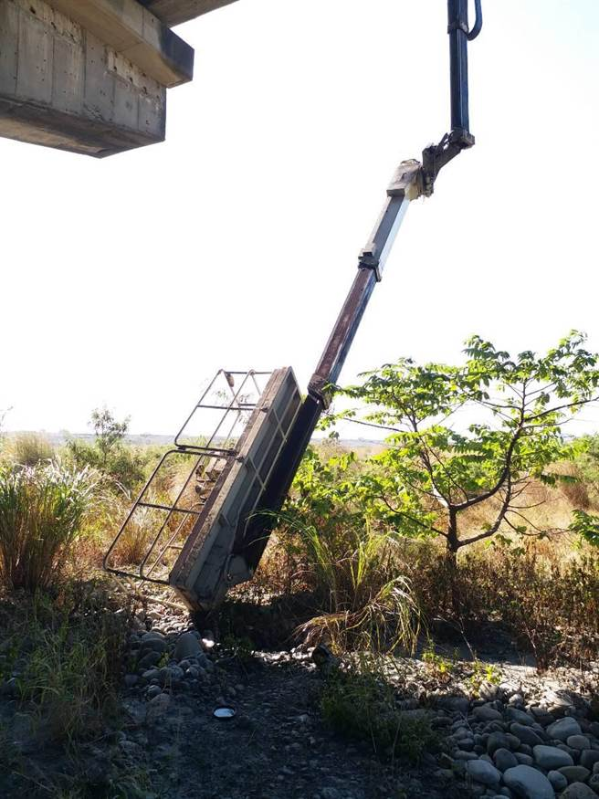 工作平台因懸臂斷裂,墬落近4公尺深的河床,造成2名中油外包人員受傷送醫。(王文吉翻攝)