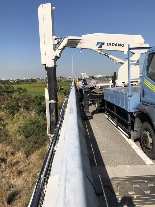 維修車自大安溪橋懸掛工作平台至橋下施工,疑因超重加上風勢強勁,造成懸臂斷裂。(王文吉翻攝)