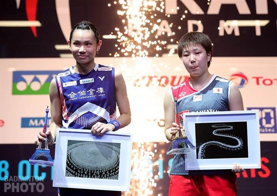 戴資穎(左)法國公開賽女單決賽輸給日本山口茜。(Badminton Photo提供)