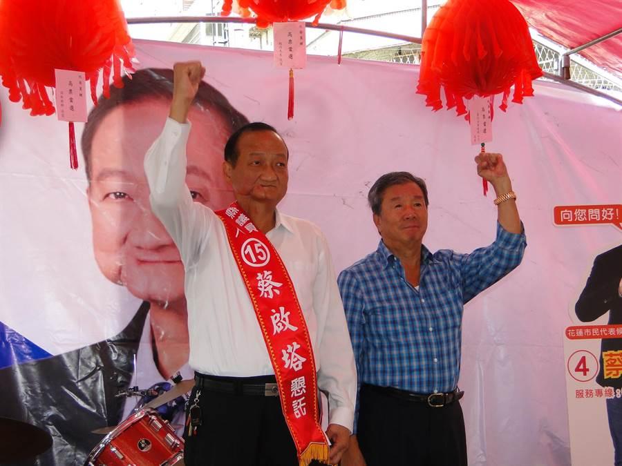 花蓮縣前議長蔡文景(右)為爭取連任縣議員的弟弟蔡啟塔(左)披掛競選綵帶。(范振和攝)
