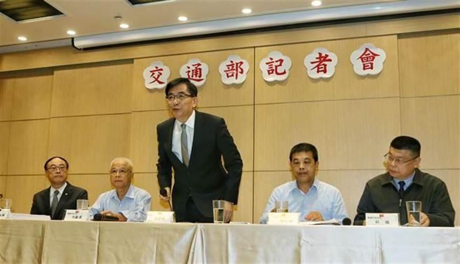 記者會開始前,吳宏謀向大家鞠躬致意。(趙雙傑攝)
