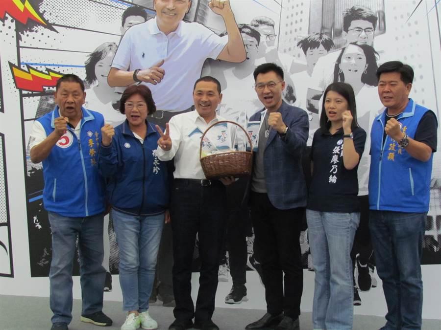 侯友宜29日語台中市議員候選人拍照,立委江啟臣也到場。(葉德正攝)