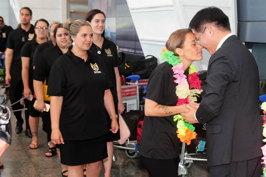 林佳龍說,這是他第一次體驗毛利人鼻子碰鼻子傳統又特別的招呼方式,毛利舞團成員以毛利歡迎語「KIA ORA」跟大家打招呼,現場感受到毛利傳統文化表演的震撼,以及團員的熱情。(陳麒全攝)