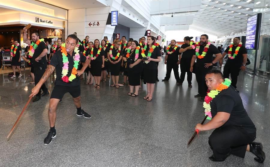 即將在11月登場的「2018台中世界花卉博覽會」,第1支海外表演團隊-紐西蘭毛利傳統舞蹈團一行40餘人,由團長Derek Lardelli率領,29日中午搭機抵達桃園機場,團員在入境大廳即席表演毛利(陳麒全攝)