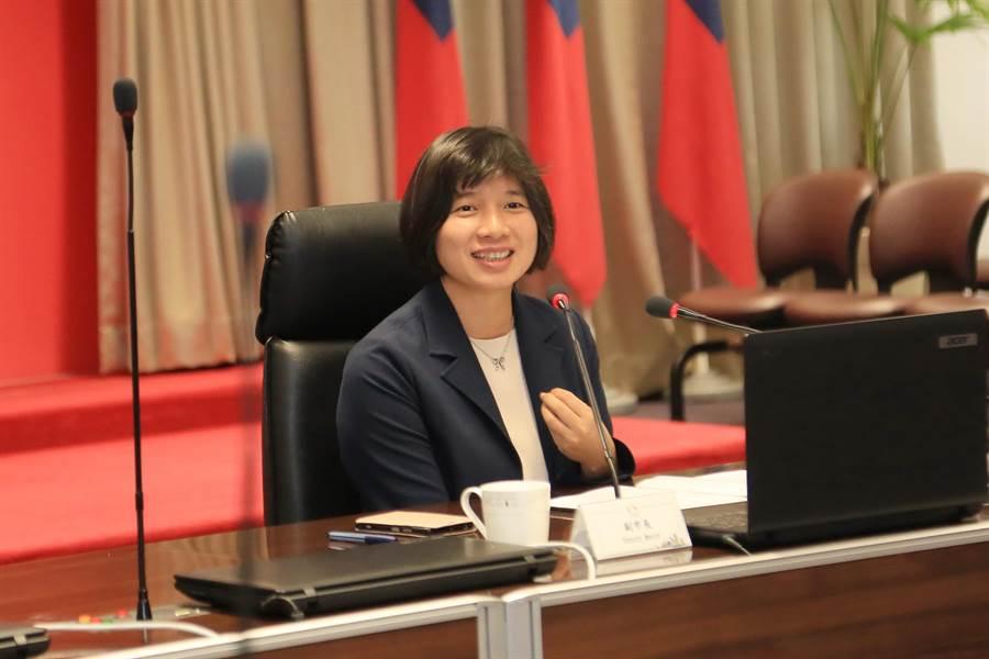 台中市副市長林依瑩請經發局落實「青創夢想家專案辦公室」單一窗口諮詢服務,協助具發展潛力的微中小企業進入資本市場。(盧金足攝)
