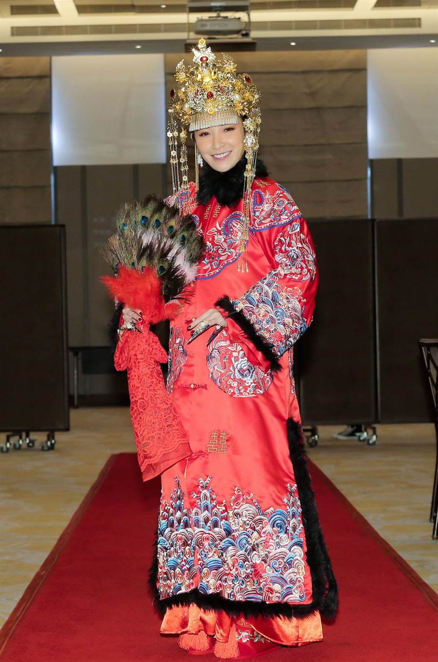 許維恩穿上大紅嫁衣嫁入新東家。(盧禕祺攝)