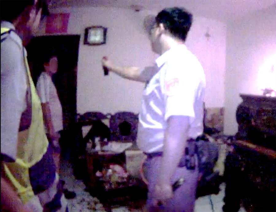 51歲黃姓男子,情緒失控,大聲嚷讓外,還拿菜刀揮舞,員警趁其不備,以辣椒水噴灑其臉部。(黃國峰攝)