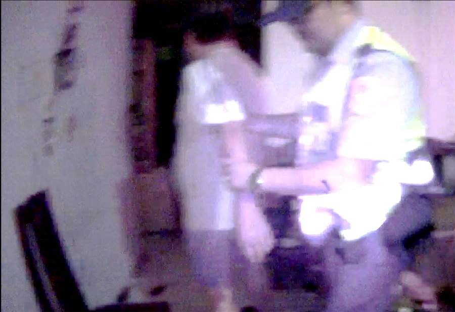 員警趁其不備,以辣椒水噴灑黃男臉部,成功將其制伏送醫。(黃國峰攝)