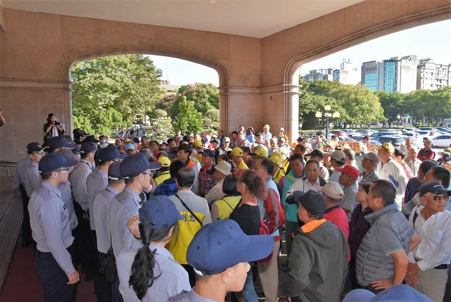 約百名地主29日下午前往新竹縣政府抗議,反對暴漲地價稅。(莊旻靜攝)