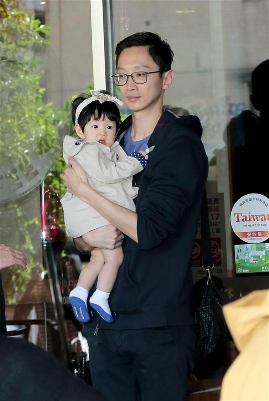 楊千霈的老公(右)帶著女兒一起陪同楊千霈出席記者會。(盧禕祺攝)