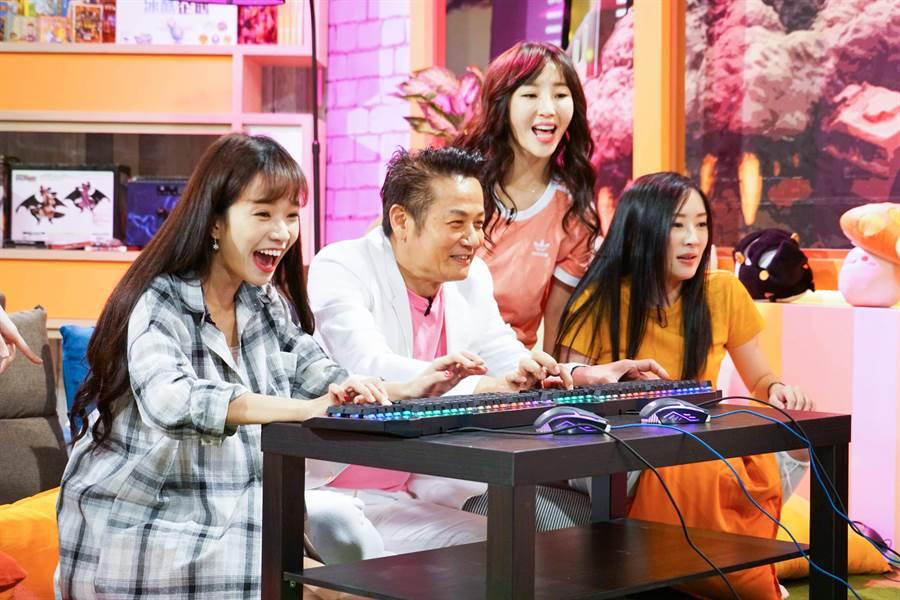 徐乃麟(左2)首次打電競遊戲。(狼谷競技台提供)