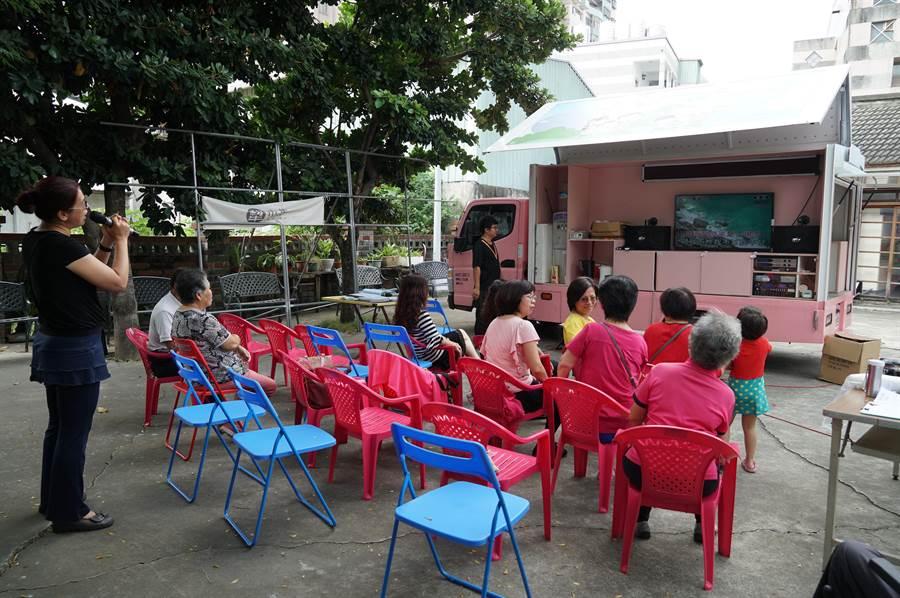 社會局文康車,開到南屯里,讓社區的長輩開心歡唱。(黃國峰攝)