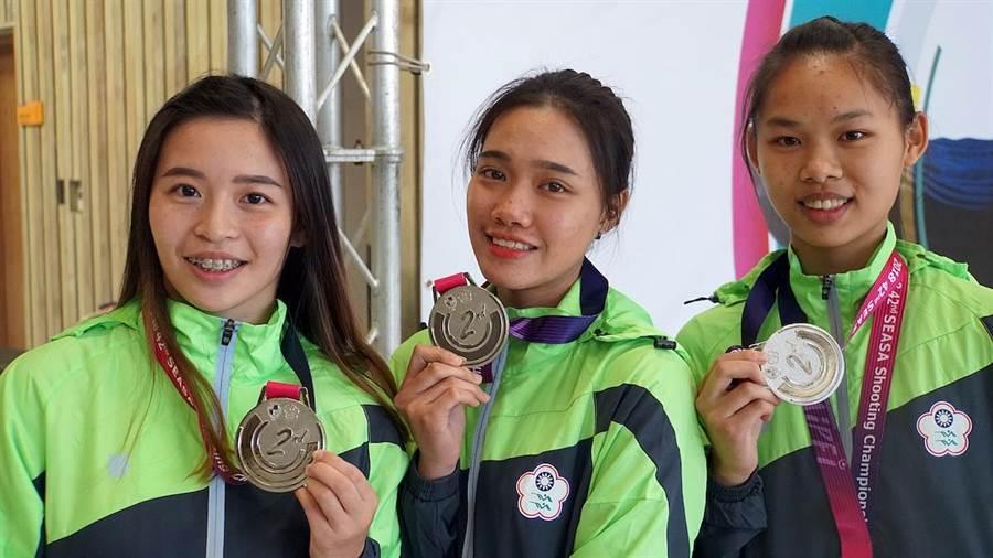 東南亞射擊錦標賽50公尺步槍三姿,三位新手葉玟萱(圖右起)、潘佳薇和宋諭婷於團體項目中聯手摘下銀牌。(主辦單位提供)