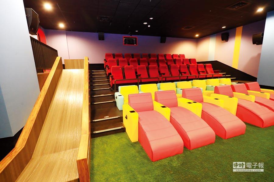 「豐原in89豪華影城」獨創「溜滑梯電影院」,吸引親子同時入場觀影。圖/業者提供