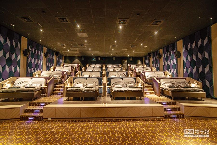 全台首座「躺著看的電影院」設在秀泰台中文心店。圖/業者提供