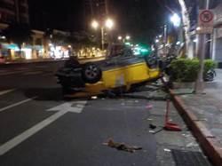 影》尷尬! 計程車與uber派出所前對撞 2人傷重送醫
