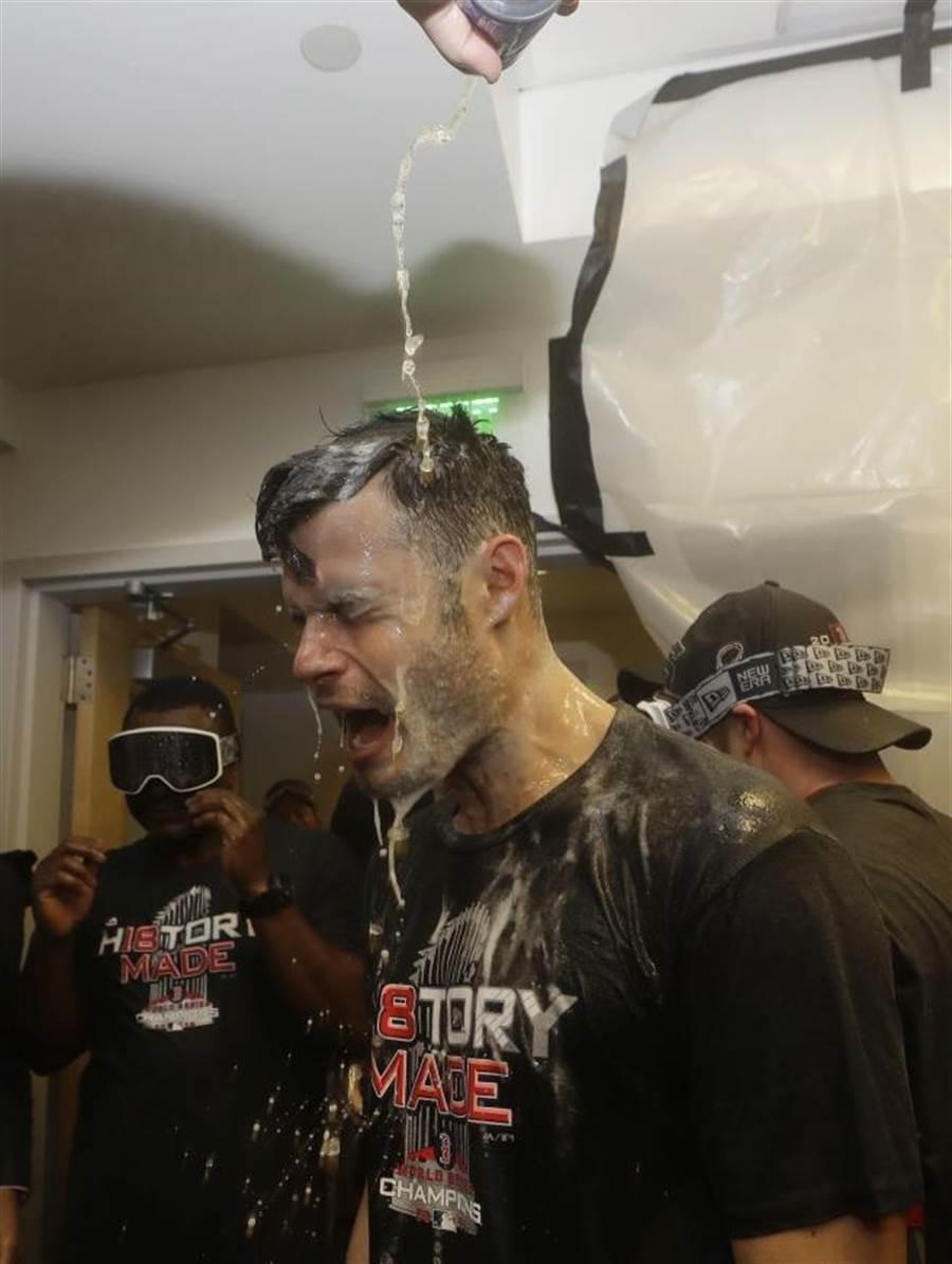 紅襪投手喬凱利被隊友淋香檳。(美聯社資料照) ※未成年者請勿飲酒