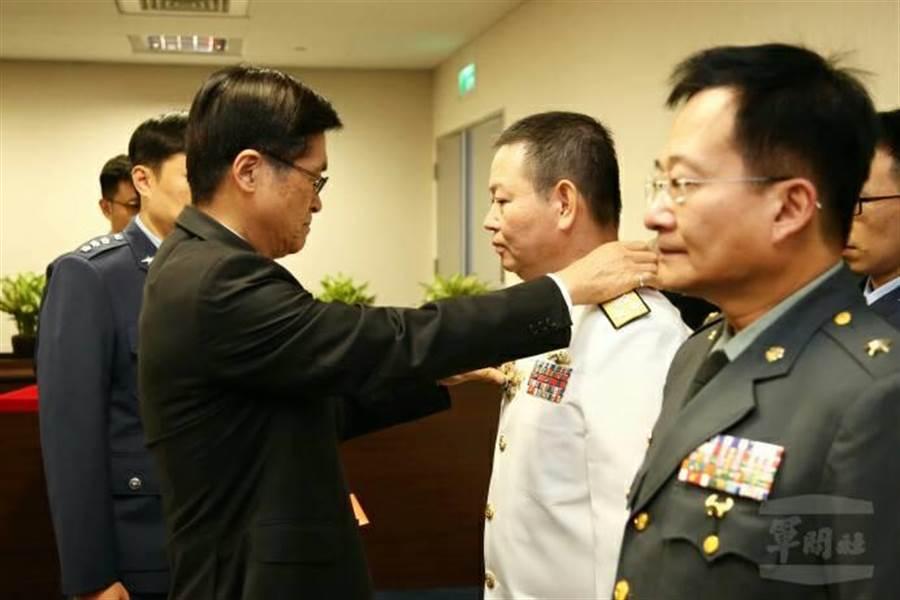 國防部長嚴德發贈勳屆退政戰局長聞振國。(圖軍聞社提供)。