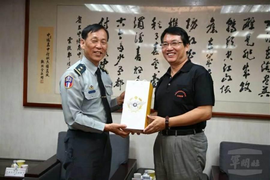 新任國防部政戰局長黃開森(左)。圖軍聞社提供。