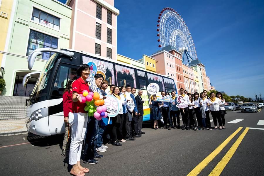 台中市觀旅局首次以郵輪式觀光巴士規畫4條遊程路線,提供麗寶樂園遊客或支持花博小鎮活動的朋友透過網路預約報名。(圖/業者)