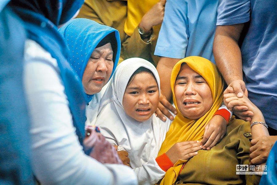 印尼獅航班機空難,在邦加檳港機場等候的家屬在得知親人罹難時,悲傷痛哭。(法新社)