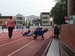為不傷PU跑道練直排輪 國小選手接連「跪爬」進操場