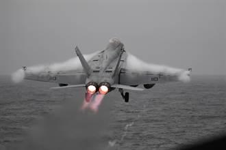 美海軍終極武器:裝備SM-6飛彈的超級大黃蜂