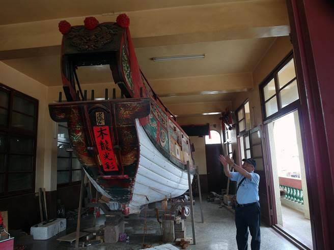 三級古蹟台南市安平區妙壽宮不惜重資以古法修復全台最古老的「金萬安號」王船。(洪榮志攝)