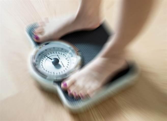 40歲開始,BMI指數在正常範圍內偏高位置,死於疾病的風險最低。(圖/達志影像)