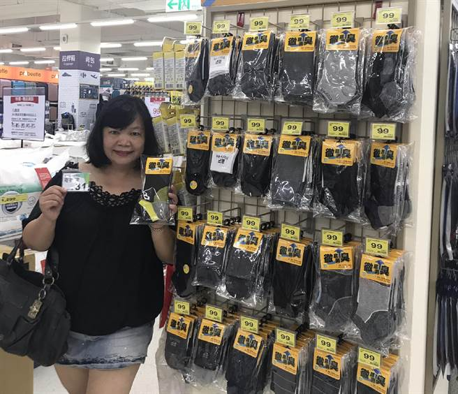 張惠英表示,品質高貴的襪子,不一定就代表價格要昂貴,消費者用銅板價一樣買得到。(鐘武達攝)