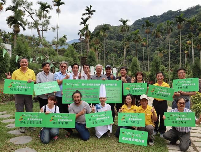 台中市觀光旅遊局媒合農友、餐廳與旅宿業者簽署合作意向書,實踐慢食主張。(王文吉攝)