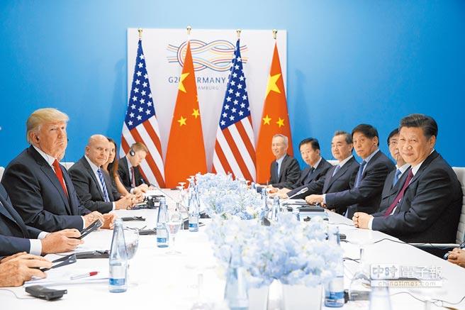 美國總統川普再度威脅稱,如果大陸不讓步,將對剩下的2570億美元的產品課徵關稅。圖為大陸國家主席習近平在去年7月於德國漢堡參加G20峰會時和川普見面。(美聯社)
