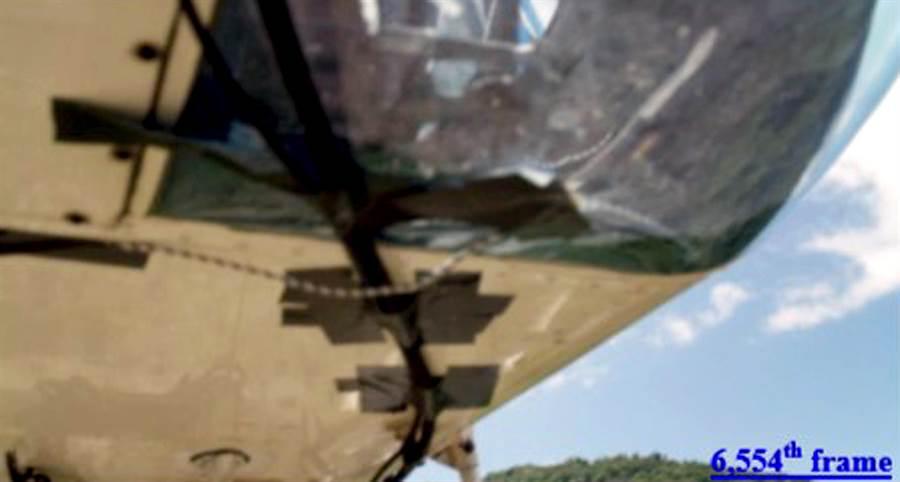 圖為墜機前空拍攝影機拍得的最後影像,鏡頭明顯朝天空拍攝。(飛安會提供)