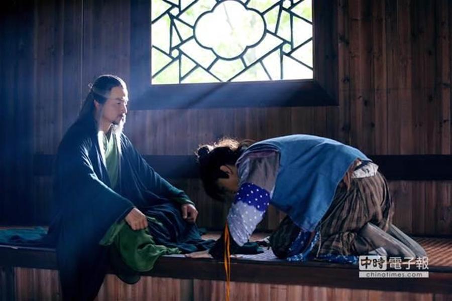 李銘順(左)在金庸古裝大戲《神鵰俠侶》中變身「東邪」黃藥師。(圖/中天)