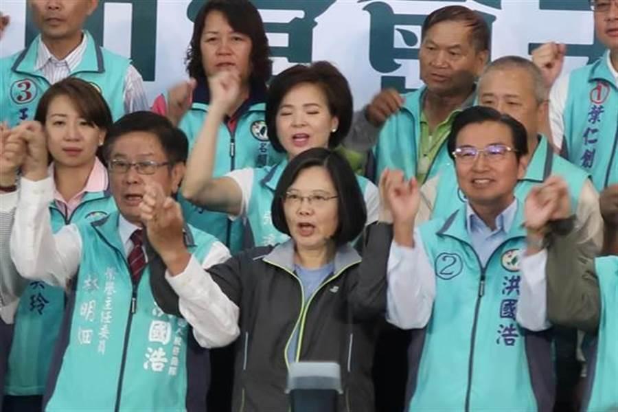洪國浩報告中指出,全台灣觀光人次增加,但南投幾個特定觀光景點人數下降。身兼黨主席的蔡英文總統致詞表示,因為旅客性質改變。(曾薏蘋攝)