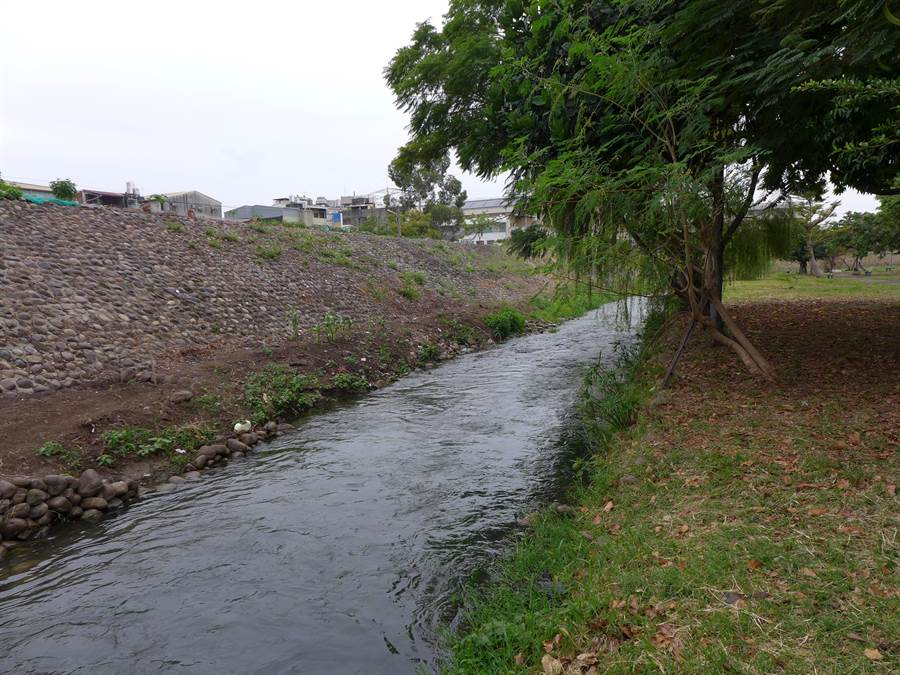 大里區旱溪河段整治將向上游再邁進!水利署三河局預計明年動工,整治日新到鷺村段旱溪河段,並將打掉一旁的土堤,恢復地方景觀特色。(林欣儀攝)