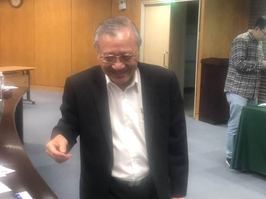 95理賠宣布記者會後,中油董事長戴謙向媒體記者握手感謝關心。(圖:王玉樹攝)