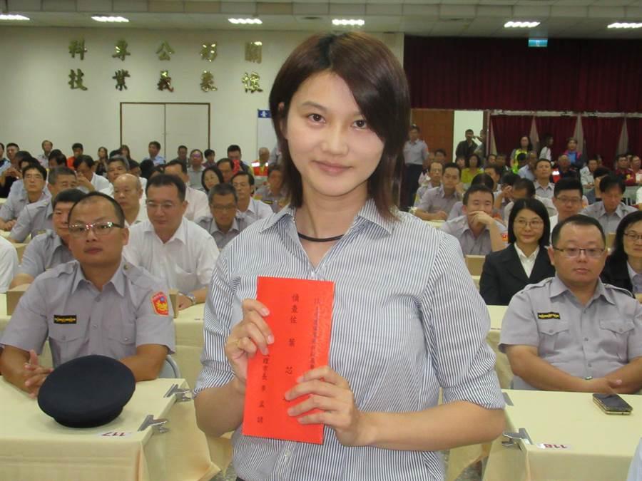 南市第二分局偵查佐葉芯瑜個人表現績優,也獲得表揚。(莊曜聰攝)